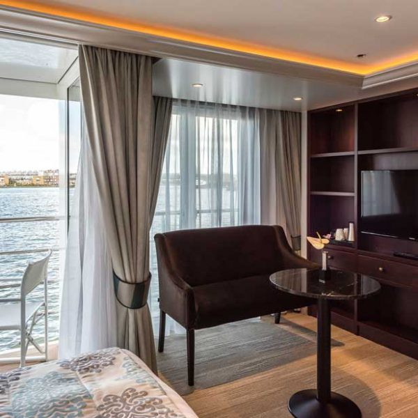 Bedroom on hotelship Charles Dickens.